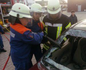 PKW wird mit Rettungsschere zerschnitten